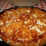 Острая пицца с салями на дрожжах