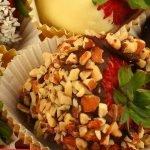 Клубника в шоколаде и хрустящем арахисе