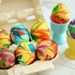 Разноцветные яйца со спиральными разводами