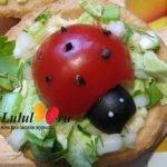 «Божьи коровки» из помидоров на тарталетках с сыром и чесноком
