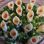 Слоёный салат «Каллы» с крабовыми палочками и плавленным сыром