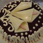 Салат-торт «Каллы» с курочкой, орехами и черносливом