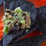 Гуакомоле с черными бобами и черными кукурузными лепешками