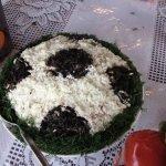 Салат «футбольный мяч» рисом и куриной печень