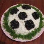 Салат «Футбольный мяч» с сардинами