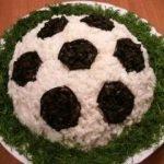 Салат «Футбольный мяч» с горбушей и помидорами