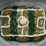 Салат «Футбольное поле» с ветчиной и зеленым луком
