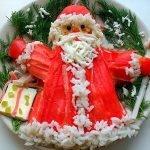Салат «Дед мороз с подарками» из крабовых палочек и риса