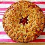 Пирог слоеный «Сердце» с клубникой