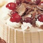 Торт «Сердце» с клубничным джемом, кремом и вишней