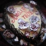Торт «Люблю тебя» с засахаренными розами и пралине