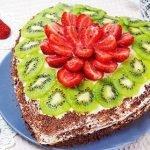 Торт 'Сердце' с ананасами, клубникой и киви