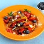 Блины с апельсиновым соусом и фруктами