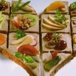 Вкусное сердечко: бутерброды с паштетом, овощами и фруктами