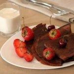 Шоколадные блины с клубникой и бананами