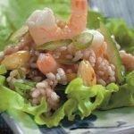 Рисовый салат с креветками в суши-стиле, с авокадо и кунжутом