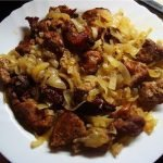 Шашлык из колбасы и грибов на сковороде