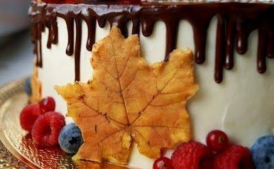 Как сделать цветные осенние листья из шоколада, МК, 1 сентября, блюда на День учителя, День знаний, десерты шоколадные, листья, листья для торта, листья шоколадные, мастер-класс, осень, торты на День Знаний, торты на День Учителя, торты осенние, торты школьные, украшения для тортов, украшения из шоколада, Как сделать шоколадные листья для украшения торта, листья из шоколада для украшения тортов, как сделать шоколадные листья, как сделать шоколадный декор для торта, как сделать шоколадные украшения,