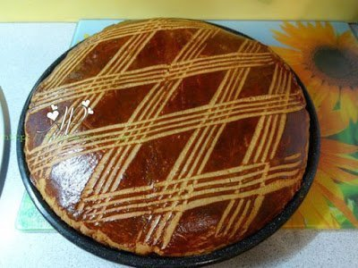 Растопите сливочное масло, добавьте мёд, молоко, сахар, соду, смесь специй, черный перец и белок. Затем добавьте муку, замесите тесто и поделите его на 2 части, Раскатайте тесто в два одинаковых пласта. Нижний пласт покройте повидлом или джемом и накройте вторым пластом. Начинки не должно быть слишком много, иначе пряник получится чересчур сладким. Хорошо использовать смесь из двух видов варения, к примеру малинового и смородинового. Сверху смажьте заготовку желтком и с помощью вилки нарисуйте узор. Выпекайте тульский пряник в духовке при t 200-220 С приблизительно 30 минут.