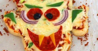 """Хэллоуин, блюда на Хэллоуин, рецепты на Хэллоуин, праздничные блюда, оформление блюд на Хэллоуин, праздничный стол на Хэллоуин, блюда-монстры, пицца, пицца с салями, салями, пицца на Хэллоуин, блюдо """"Дракула"""", из слоеного теста, пицца из слоеного теста, пицца быстрая, пицца с колбасой, с сыром, моцарелла, с моцареллой, кухня итальянская,"""