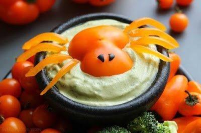 Ингредиенты: сладкий перец маслины черные Большим пауком из сладкого перца вы можете оформить на хэллоуинский салат, соус, мясную нарезку, дополнить блюдо с закусками, гарниром и даже посадить его на горку котлет или тефтелей. Паучок не только украсит блюдо, но и дополнит его специфическим ароматом сладкого перчика, который очень многим нравится. Выбирайте перцы округлой формы, чтобы паук получился фигурным, но достаточно плоским. Цвет перца - на ваш вкус. Острым ножом срежьте с плода пластину таким образом, чтобы получилось тельце паука вместе с головой. Отрежьте от маслины колечко и вырежьте из него глаза. Кстати, вовсе не обязательно делать их такими крохотными, как на фото - вы вполне можете поэкспериментировать с паучьей внешностью. Глаза можно приклеить на капельки майонеза или мягкого сыра. Оставшийся перец очистите от семян, разрежьте пополам вдоль и нарежьте половинки тонкими полосками. Поместите паука на салат или соус и из нарезанных полосок выложите лапки.