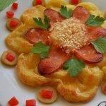 «Аленький цветочек» из картофельного пюре и сосисок