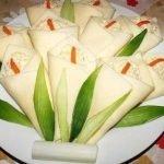 """Сырная закуска """"Каллы"""" с маринованным огурцом и крабовыми палочками"""