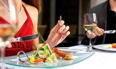 Этикет за обеденным столом: что, чем и как едят, правила этикета, правила этикета за столом, правила еды, столовые приборы, как и чем едят рыбу, как и чем едят мясо, как и чем едят фрукты, как и чем едят закуски, как и чем едят десерты, как использовать вилку, как использовать столовый нож, нож и вилка, столовые салфетки, как вести себя за столом, как и чем едят экзотические блюда, как и чем едят морепродукты, соблюдение правил этикет за столом, обеденный этикет, как и чем едят сладости,